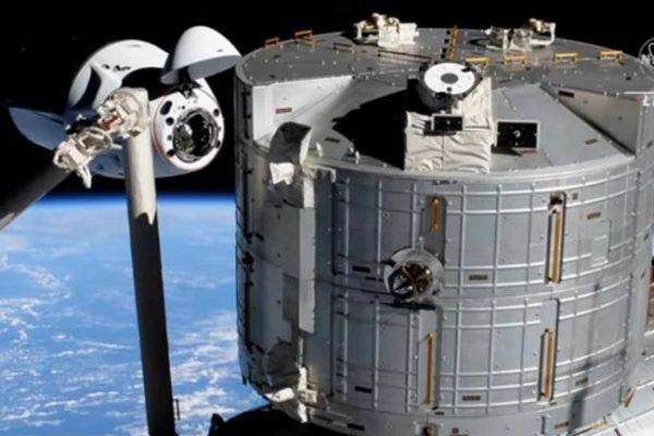 Astronautas chegam à estação espacial a bordo da cápsula da SpaceX