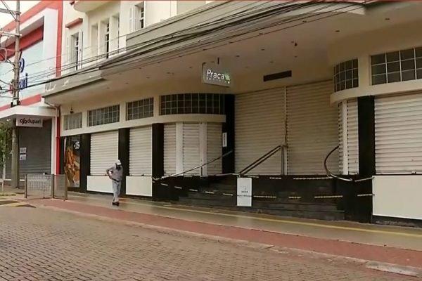 S. José Rio Preto - Homem anda em cidade fechada
