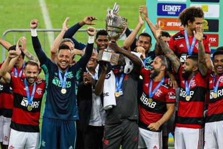 Denir, massagista do Flamengo, levanta a taça de campeão da Taça Guanabara, Campeonato Carioca