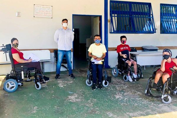 Cadeira de rodas motorizadas são entregues no DF