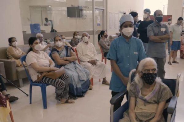 Fila de vacinação em hospital privado na Índia