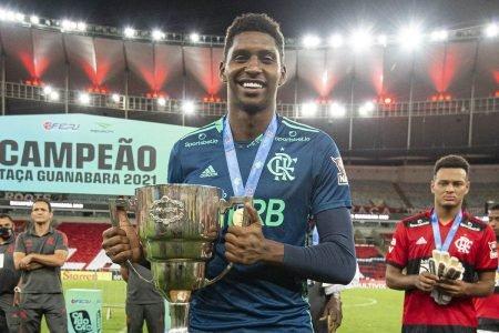 Goleiro Hugo Souza exibe troféu de campeão da Taça Guanabara pelo Flamengo