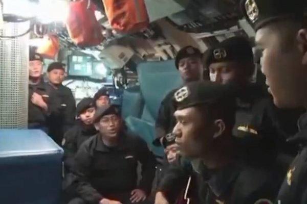 Tripulação de submarino se despede do comandante