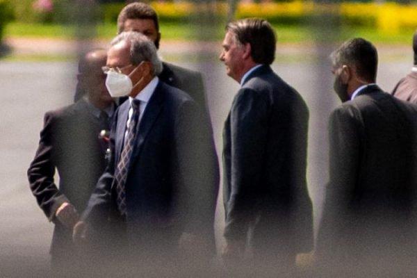 Bolsonaro e Guedes com apoiadores