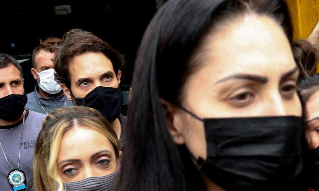 Jairinho e Monique Medeiros, padrasto e mãe de Henry Borel Medeiros, ao serem presos no dia 8 de abril