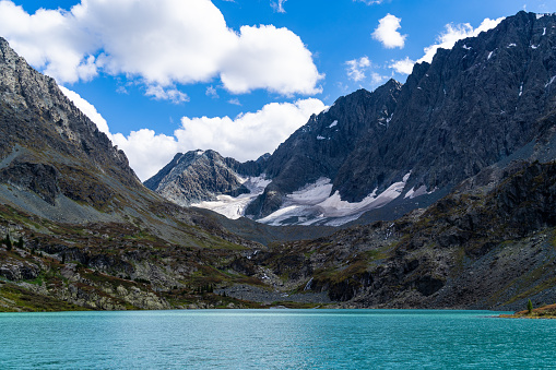 motanhas com neve e rio de água azulada