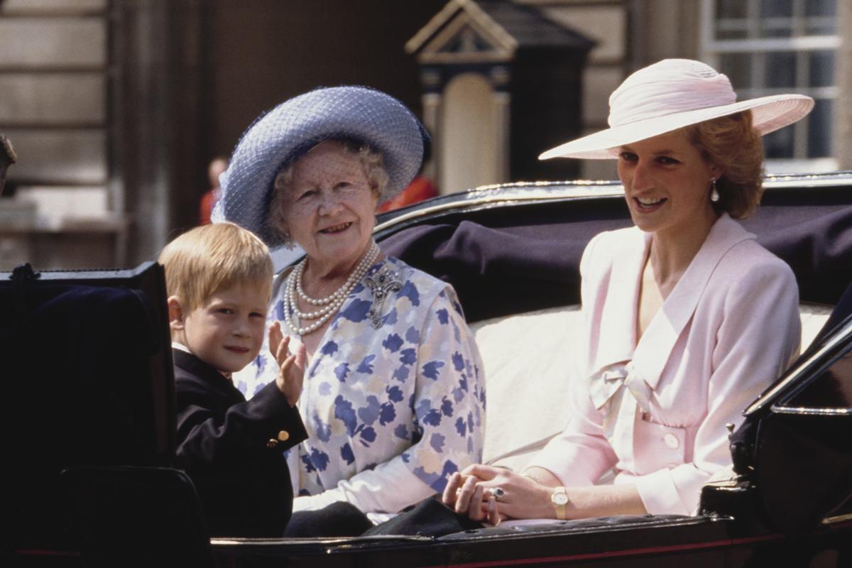 Príncipe Harry com a bisavó e a mãe, a princesa Diana