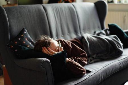 Pessoa deitada no sofá