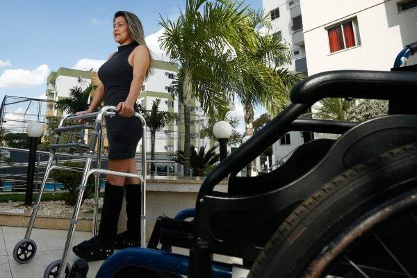 juliane lacerda, que pulou do prédio em janeiro para fugir de um estupro, em goiânia, volta a andar