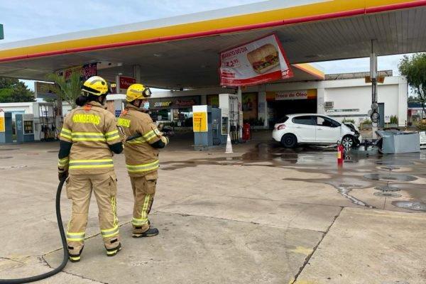 Motorista colide em bomba de gasolina