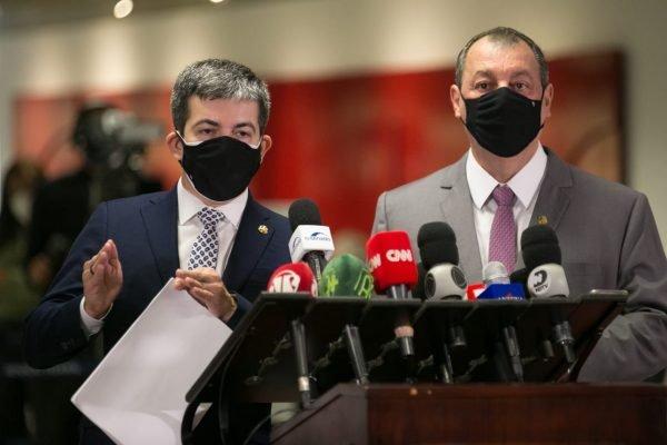 Omar Aziz e Randolfe Rodrigues falam com a imprensa após o fim da segunda reunião da CPI da Covid 1