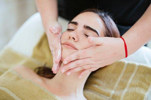 massagem facial no spa, skincare técnicas de beleza
