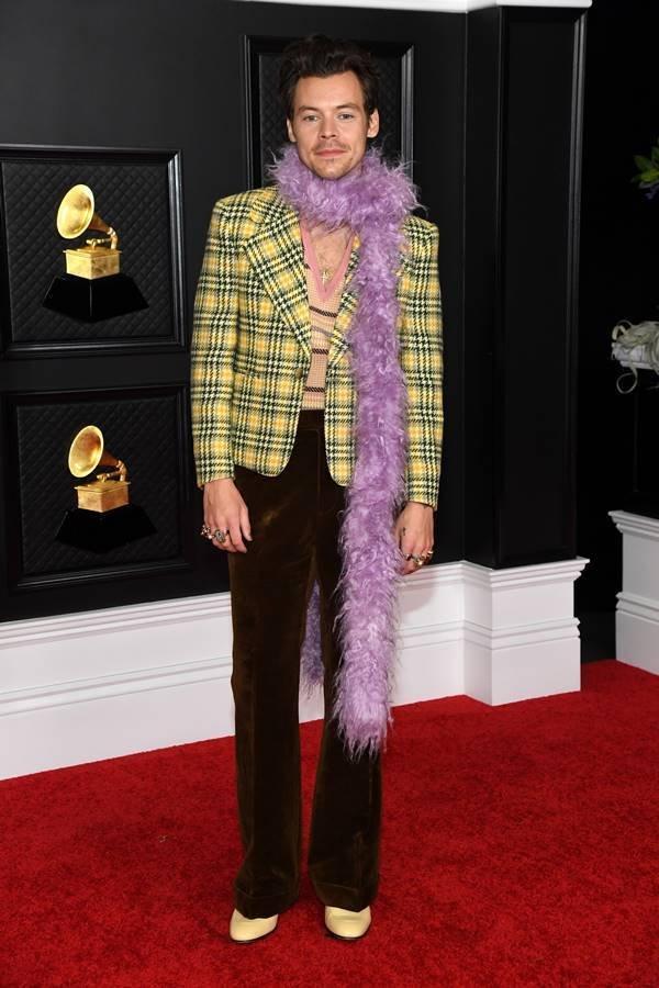 Harry Styles vestindo Gucci no tapete vermelho do Grammy 2021