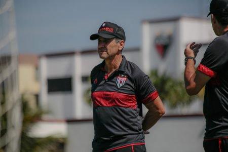 Técnico Jorginho, do Atlético-GO