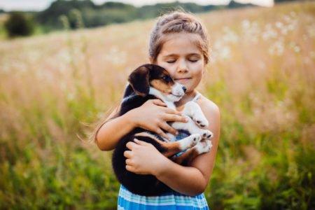 Criança e filhote de cachorro