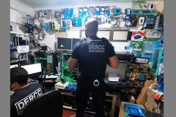 Policiais durante Operação Meu Zeloso Guardador, da Polícia Civil de Goiás, contra pornografia infantil na internet