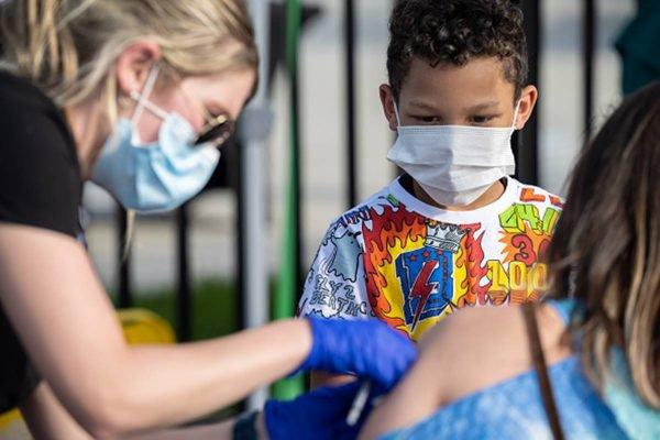 Criança vacina