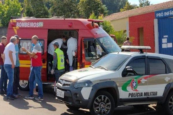 Ambulância e carro da polícia