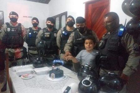 policiais militares participam de festa de aniversário