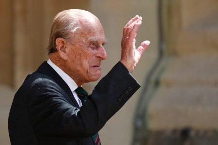 Príncipe Philip dando adeus