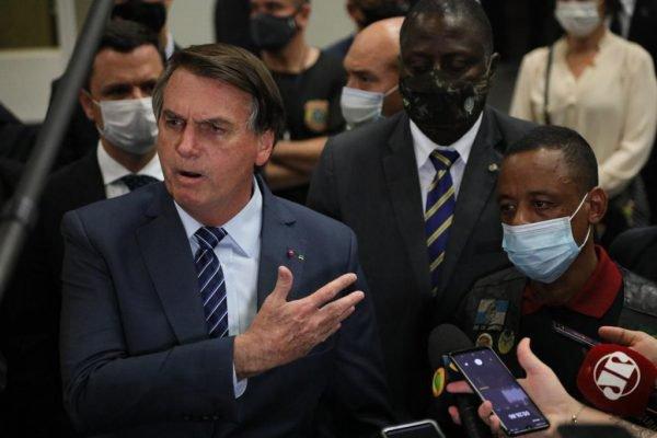 Presidente Bolsonaro dá entrevista no Galeão