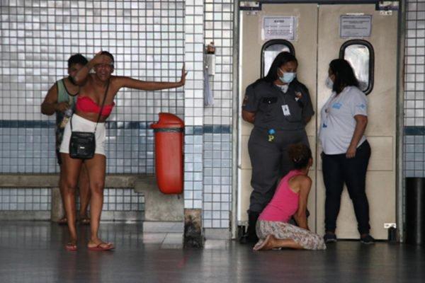 Moradores do Jacarezinho se desesperam durante operação policial