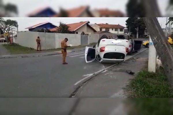 Carro capota em Curitiba