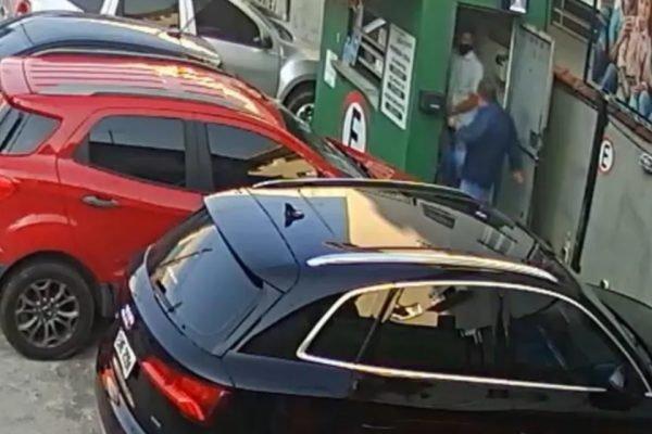 Manobrista agredido por cliente que se recusou a usar máscara de proteção
