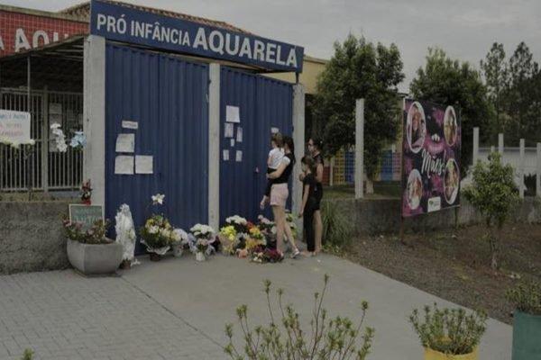 Pessoas prestam homenagem a vítimas de ataque em SC