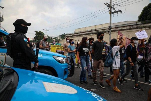 Proteste no dia seguinte da operação que deixou 25 mortos