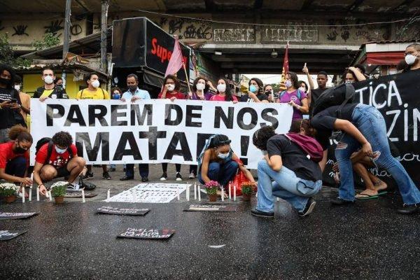 Moradores fazem protestgo no dia seguinte da operação que deixou 25 mortos