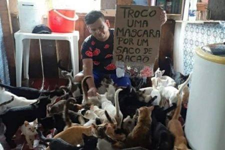 Homem cuida de animais de estimação
