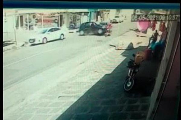 Carro ultrapassa sinal e causa acidente