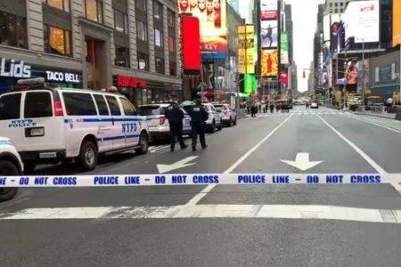 Times Square fechada pela polícia após tiroteiro que atingiu mulher e criança
