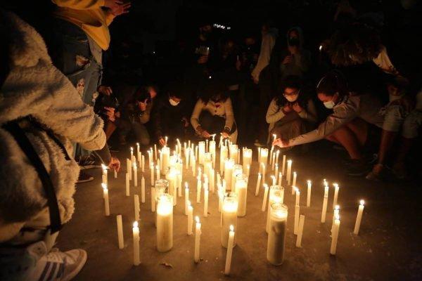 Manifestantes acendem velas em homenagem aos mortos na ação em Jacarezinho