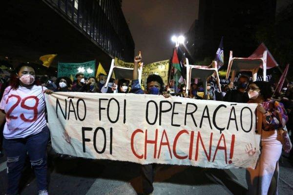 Manifestantes seguram faixa escrito Não foi operação, foi chacina