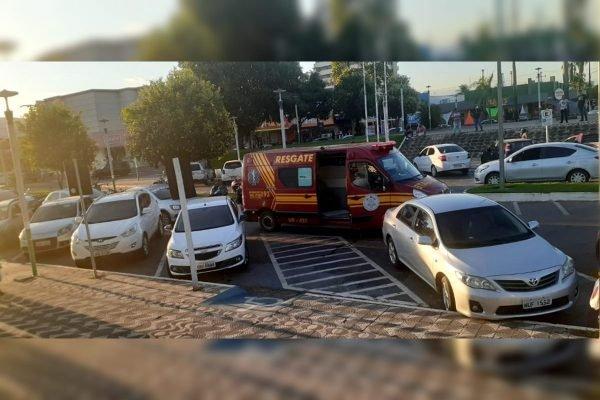 Ambulância em estacionamento