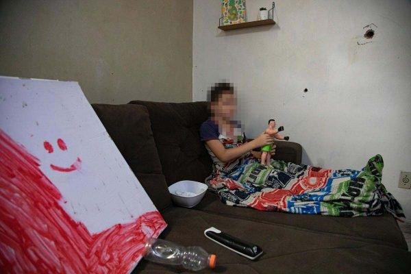 Marcas de tiros na casa de menino, de 9 anos, onde dois jovens foram mortos