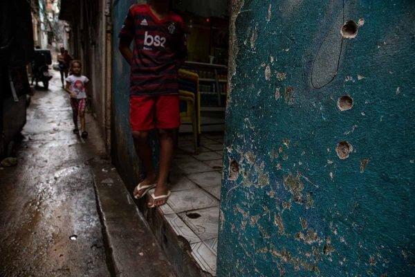 Becos com marcas de tiros no Jacarezinho