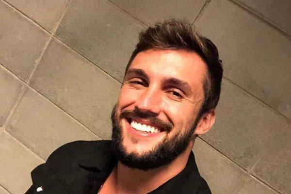 Arthur Picoli sorrindo