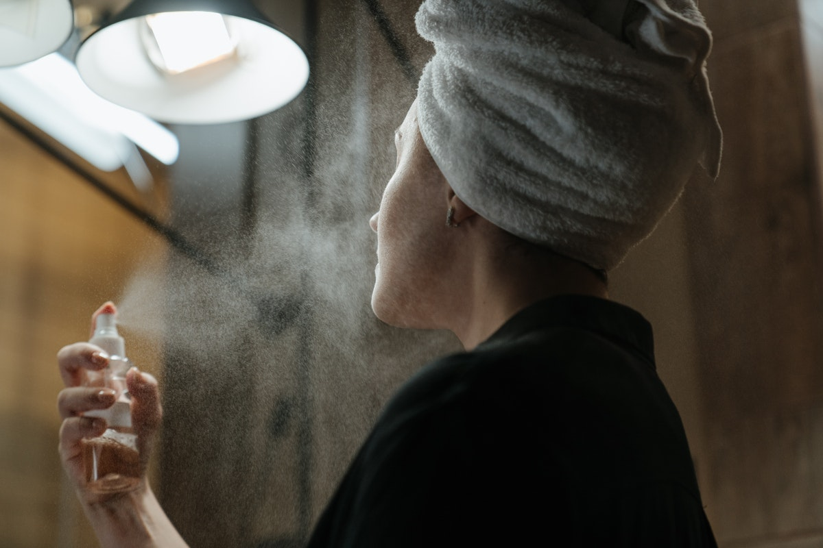 mulher rosto spray