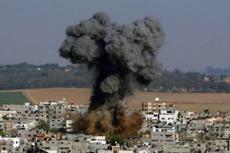 Israel bombardeia prédio em Gaza