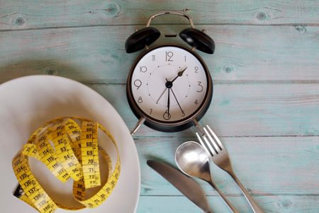 Prato, fita métrica, talheres e relógio