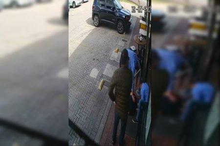 Homem caído no chão é socorrido