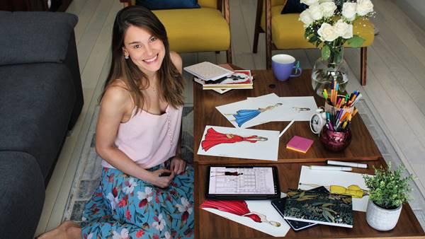 Carol com seus desenhos