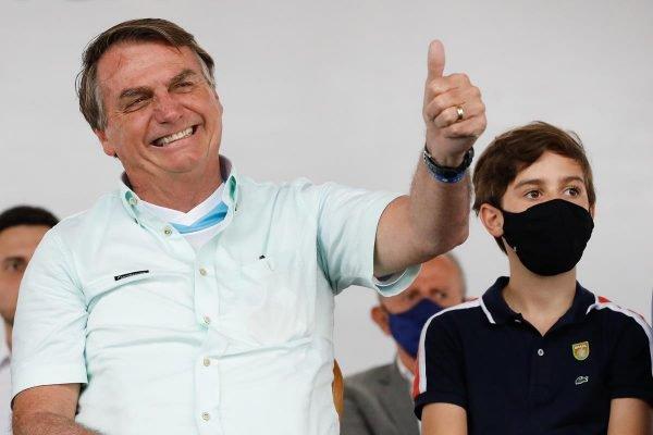 Bolsonaro fazendo joinha