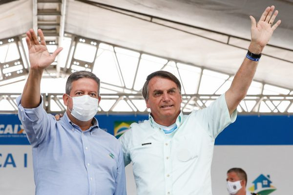 Lira e Bolsonaro acenando