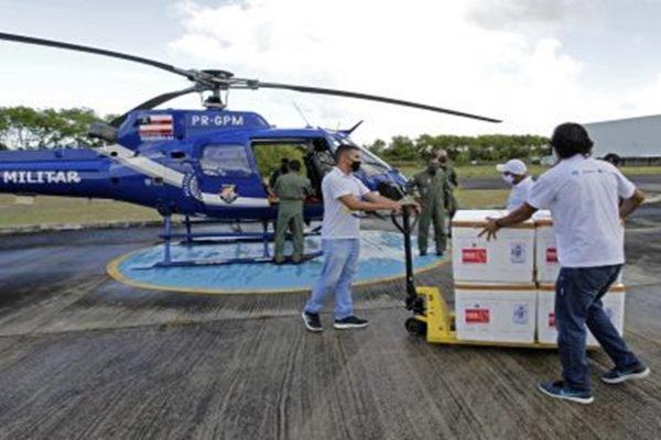 Caixas de vacina chegam de helicóptero