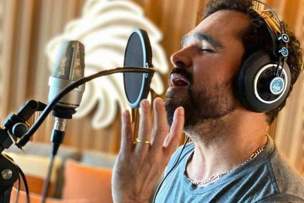 Luciano Camargo cantando em estúdio