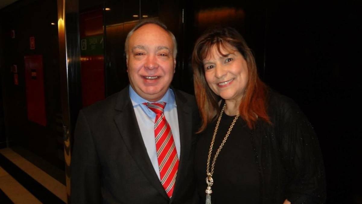 Manuel e Natividade Pires, ele de terno preto, camisa azul e gravata listrada e ela de vestido preto e colar longo